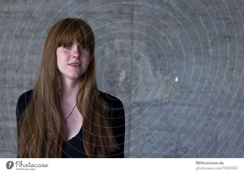 Carina | Betonportrait lernen Student Mensch feminin Junge Frau Jugendliche Gesicht 1 18-30 Jahre Erwachsene Piercing Haare & Frisuren brünett langhaarig Pony
