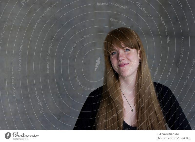 Carina | Portrait vor Beton Lifestyle Stil Bildung Student Beruf Business Karriere Erfolg Mensch feminin Junge Frau Jugendliche Erwachsene 1 18-30 Jahre Lächeln