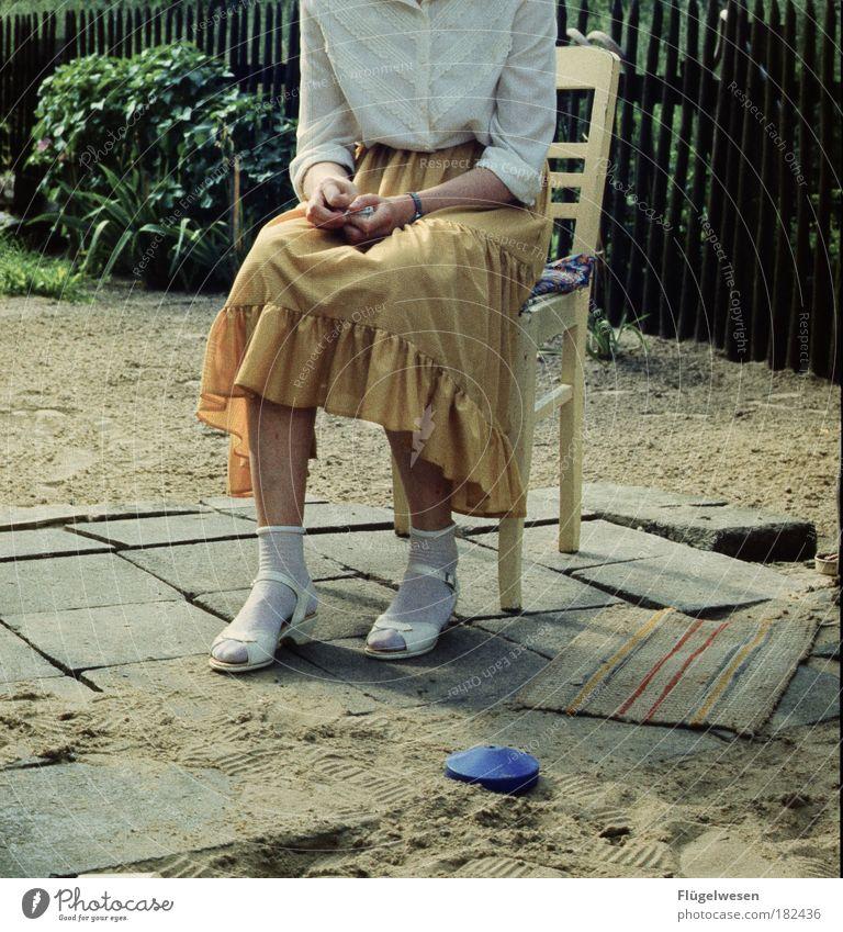 Warten auf die große Liebe schön Einsamkeit feminin Sand Stein sitzen warten Lifestyle Hoffnung Stuhl Romantik Bürgersteig Rock Verliebtheit Fußmatte Traumfrau
