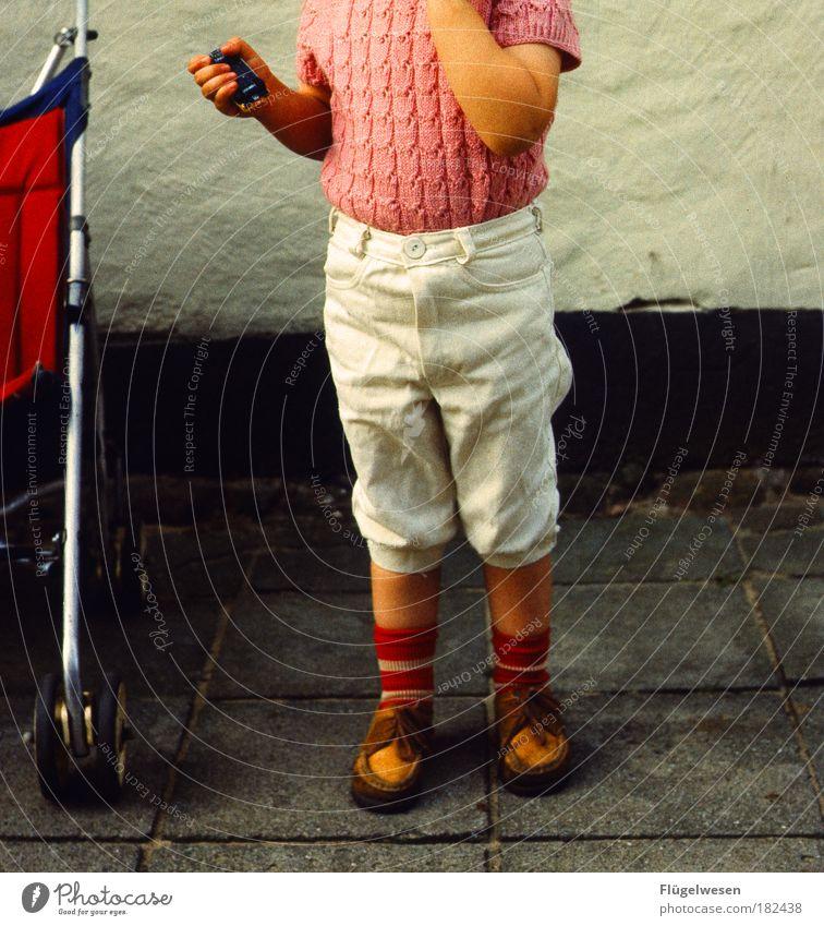 Ich und meinen Karren Kind Haus träumen Beton Fröhlichkeit Kindheitserinnerung fahren fangen Bürgersteig Kindererziehung Shorts Kinderspiel Motorsport