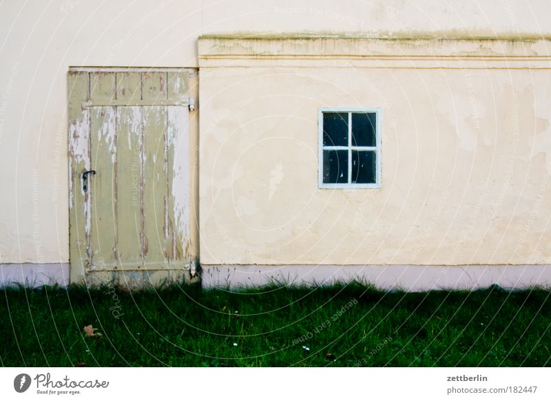 Reingehen und rauskucken Haus Wand Fenster Gebäude Tür Tor Eingang Garage Scheune Rahmen Gartenhaus Schuppen Fensterkreuz