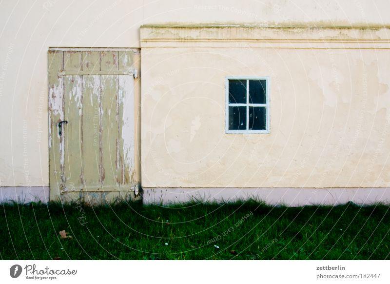 Reingehen und rauskucken Tür Tor Eingang Fenster Fensterkreuz Rahmen fenterrahmen Haus Scheune Schuppen Garage Gartenhaus Gebäude Wand sacrow