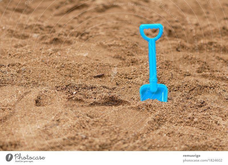 Sandpit-Schaufel im Sand Freude Spielen Ferien & Urlaub & Reisen Sommer Strand Meer Kindergarten Spielzeug Kunststoff dreckig blau Feiertag Sandgrube Sandkasten