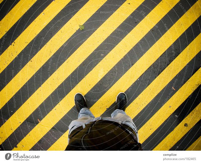 Neulich auf dem Rücken eines Zebras Mensch Mann gelb Fuß Linie Beine Kunst Erwachsene gehen maskulin stehen Streifen Hose Verkehrswege diagonal Textilien