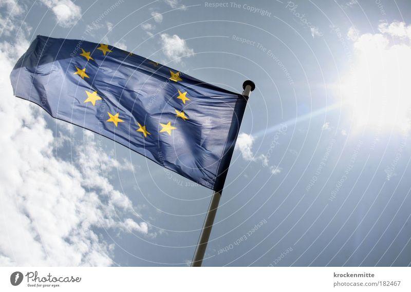 mit der Sonne bekleidet Farbfoto Außenaufnahme Tag Licht Reflexion & Spiegelung Lichterscheinung Sonnenlicht Sonnenstrahlen Gegenlicht Europa Fahne Zeichen