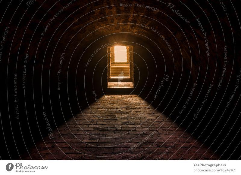 Kellerinnenraum mit Steinboden dunkel Wärme Gefühle Stimmung Design leuchten Textfreiraum Angst Erfolg Hoffnung Neugier gruselig Etage abwärts Entwurf antik
