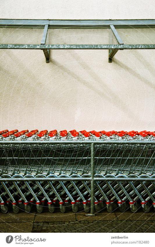 Einkaufen Metall Metallwaren fantastisch Stahl Reihe Parkplatz Gitter Textfreiraum Warteschlange Supermarkt Einkaufswagen Konsum Gier schlangenförmig Ladengeschäft Edelstahl