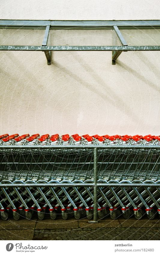 Einkaufen Metall Metallwaren fantastisch Stahl Reihe Parkplatz Gitter Textfreiraum Warteschlange Supermarkt Einkaufswagen Konsum Gier schlangenförmig