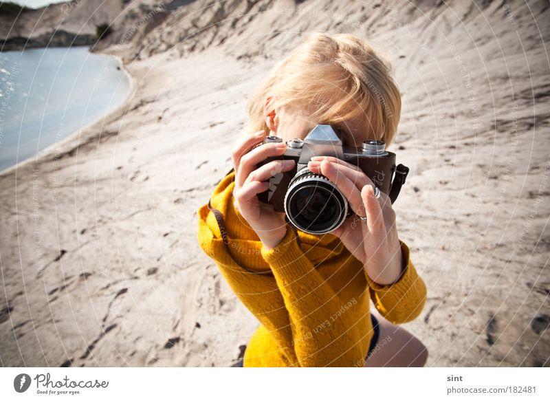 keine panik, ich hab noch einen film dabei Mensch Jugendliche feminin Sand Landschaft Fotografie blond Erwachsene retro Fotokamera beobachten festhalten