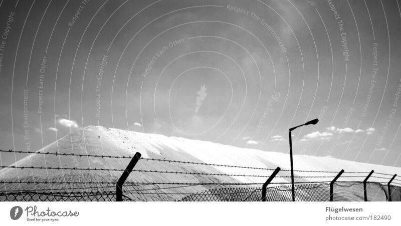 Bewachter Schneeberg Himmel Berge u. Gebirge Schnee Lifestyle genießen Schutz Sicherheit Hügel Unendlichkeit Straßenbeleuchtung Laterne nachhaltig frieren Geborgenheit gefangen Salz