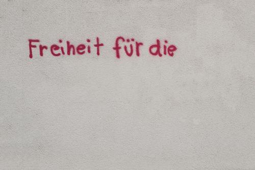 Work in Progress Stadt rot Haus Wand Graffiti Gebäude Mauer Freiheit Fassade Textfreiraum Schriftzeichen Buchstaben Pause Rätsel unvollendet