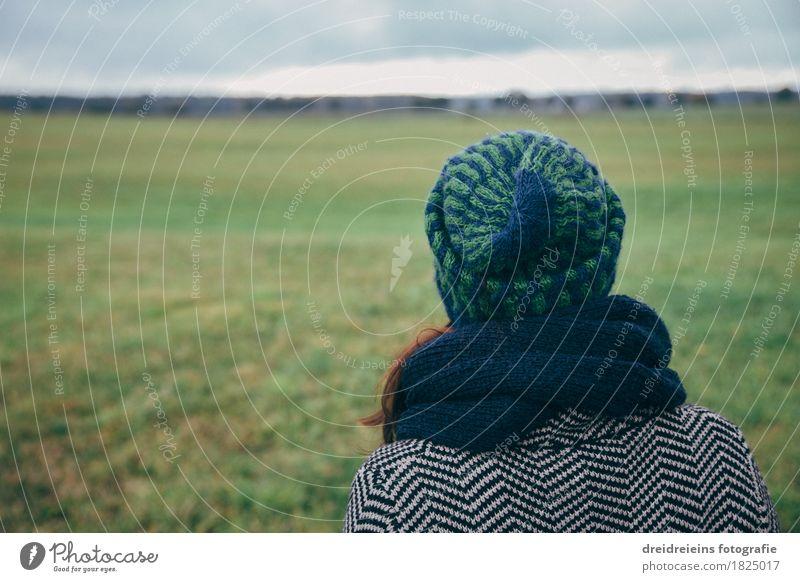 Fernweh. Heimweh. Ferien & Urlaub & Reisen Ferne Freiheit feminin Frau Erwachsene Landschaft Horizont Wiese Feld beobachten Denken genießen Unendlichkeit