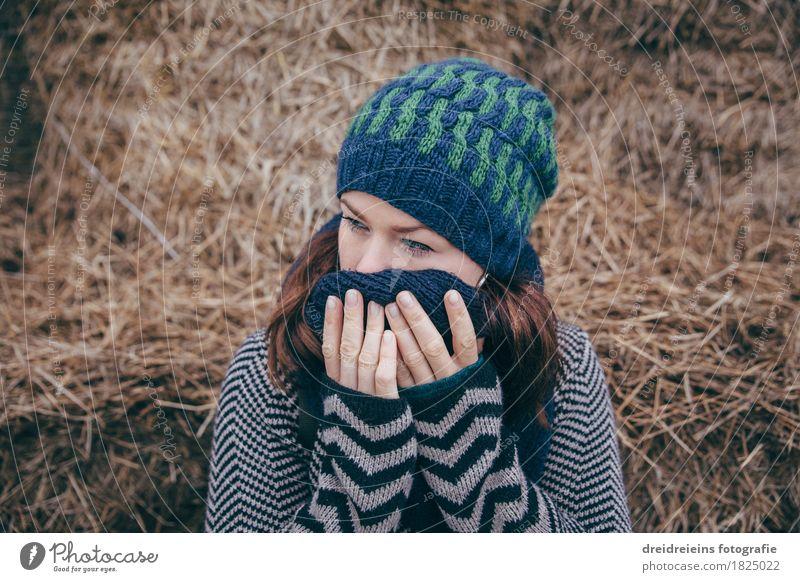 Melancholie. feminin Junge Frau Jugendliche Erwachsene 1 Mensch Jacke Schal Mütze Denken Traurigkeit weinen weich Gefühle Hoffnung demütig Sorge Trauer
