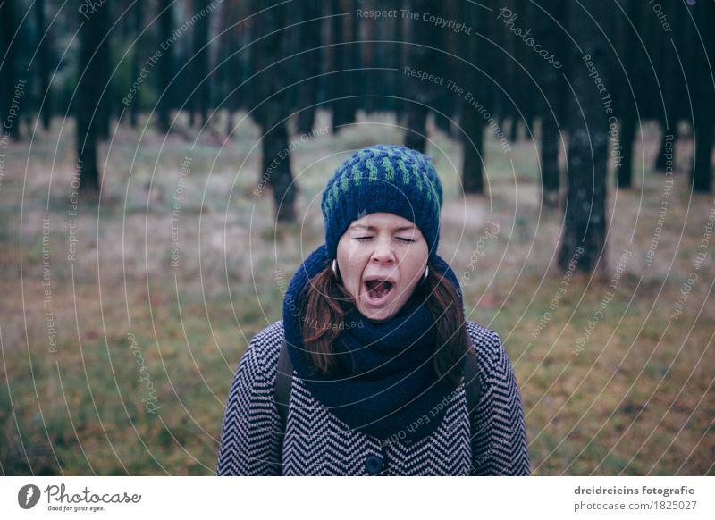 Langweilig. Im Wald. Mensch feminin Junge Frau Jugendliche Erwachsene 1 Natur Landschaft Herbst Jacke Schal Mütze stehen warten natürlich verrückt Langeweile