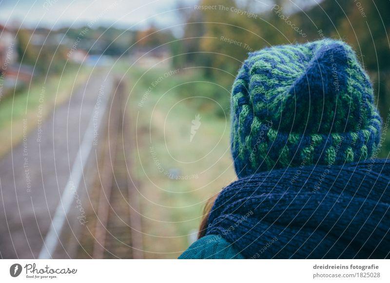 Blick in die Ferne. Wohlgefühl Zufriedenheit Erholung ruhig Ferien & Urlaub & Reisen Freiheit feminin Frau Erwachsene Schienenverkehr Bahnhof Bahnsteig Gleise