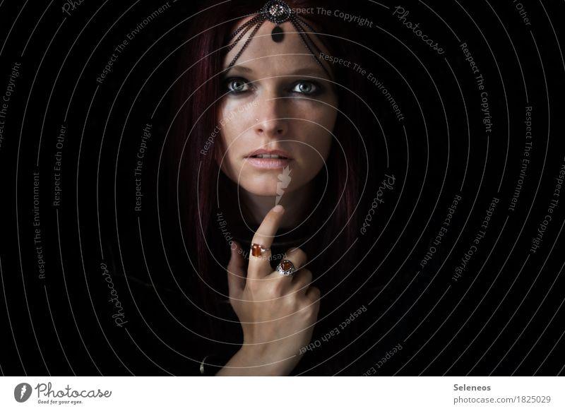 Happy Hippie Mensch Frau schön Hand ruhig dunkel Gesicht Erwachsene Auge feminin glänzend Arme einzigartig Finger berühren Hoffnung