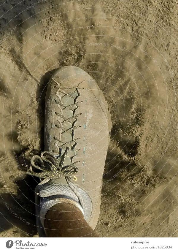 Dust Explosion 1 Fuß gehen Schuhe Staub Wege & Pfade Staubwolke grau beige Schuhbänder schreiten wandern Fußtritt entstehen aufwirbeln staubig aufstauben