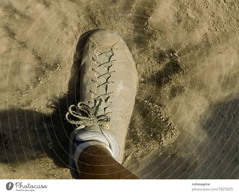 Dust Explosion 2 Fuß gehen Schuhe Staub staubig Staubwolke Wege & Pfade grau beige Schuhbänder schreiten wandern Fußtritt entstehen aufwirben Farbfoto