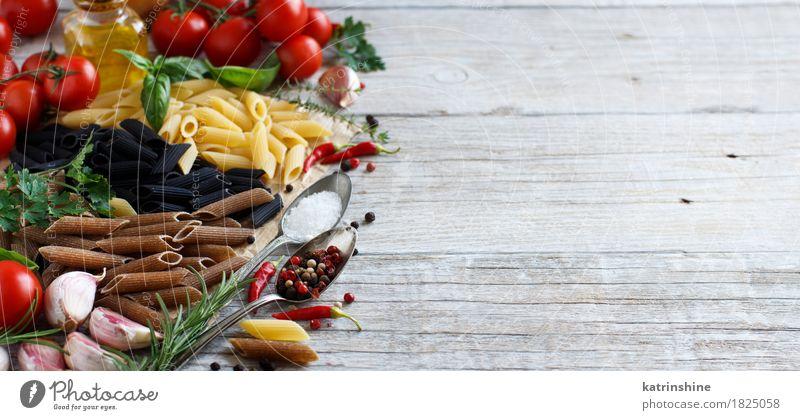 Penne Pasta mit Gemüse, Kräutern und Olivenöl Teigwaren Backwaren Kräuter & Gewürze Öl Vegetarische Ernährung Diät Italienische Küche Flasche Löffel Tisch Blatt