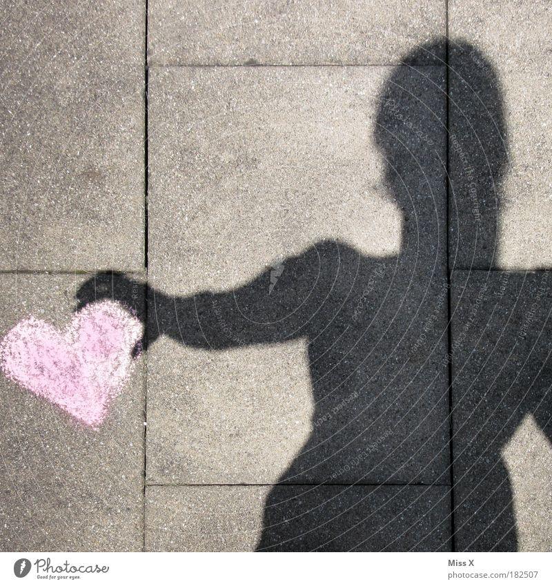 Ich schenk dir mein Herz Mensch Frau Hand Erwachsene Liebe feminin Leben Gefühle Feste & Feiern Arme Schatten Geschenk Warmherzigkeit Romantik Freundlichkeit