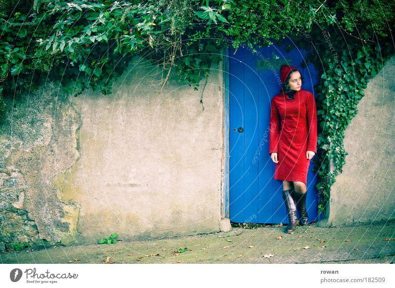 the blue door Frau Mensch Jugendliche blau rot dunkel feminin träumen Traurigkeit Mauer warten Erwachsene Tür ästhetisch stehen