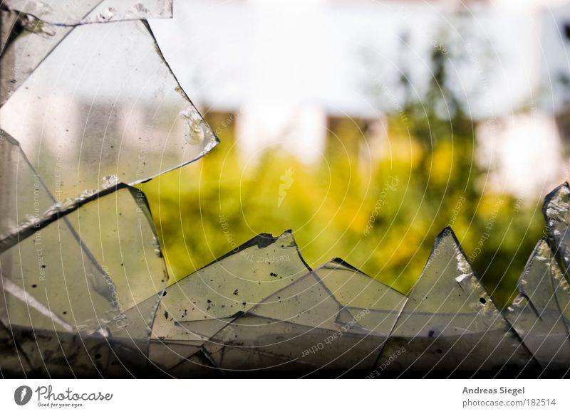 Es war einmal ein Fenster alt Haus Fenster Gebäude Glas dreckig außergewöhnlich kaputt Wandel & Veränderung trist Vergänglichkeit Spitze Verfall Zerstörung Fensterscheibe eckig