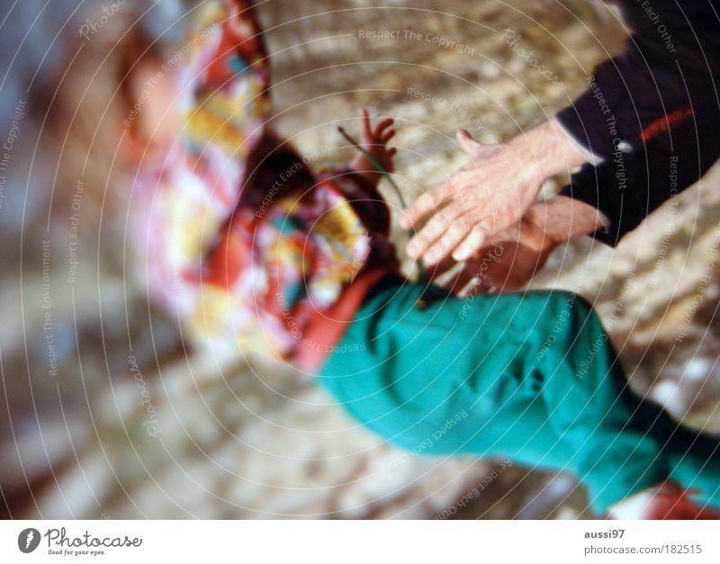 Don't lose your grip Farbfoto Außenaufnahme Tag Unschärfe Mensch Baby Kleinkind Eltern Erwachsene Vater Familie & Verwandtschaft Kindheit Leben Hand 2 3-8 Jahre