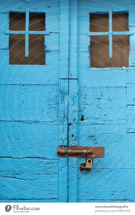Blaue Tür Dorf Altstadt alt schön blau altehrwürdig Schloss Türrahmen Kroatien Mittelmeer trocken Holz Holztür Riss Farbe abblättern Schlüsselloch Farbfoto