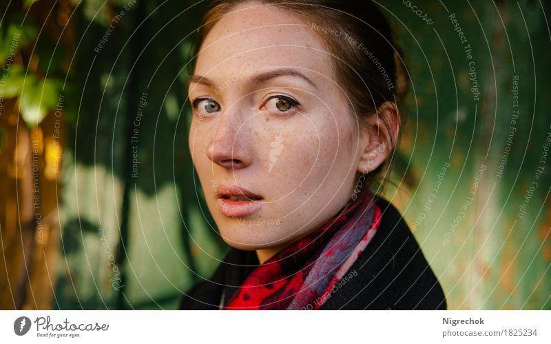 Schönes Mädchen im schwarzen Mantel oudoor Mensch Frau Natur Jugendliche Farbe grün schön rot 18-30 Jahre Gesicht Erwachsene Herbst Lifestyle Stil Mode Kopf