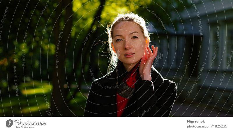 Schönes Mädchen im schwarzen Mantel oudoor Mensch Frau Natur Jugendliche Farbe grün schön rot 18-30 Jahre Gesicht Erwachsene Herbst Lifestyle Stil Mode Park