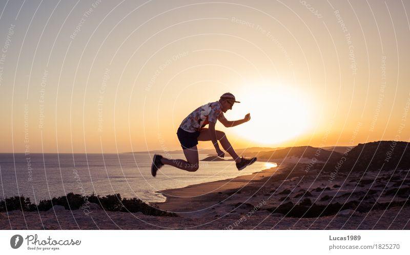 Sprung in den Sonnenuntergang sportlich Fitness Ferien & Urlaub & Reisen Abenteuer Ferne Freiheit Sommer Sommerurlaub Strand Meer Insel Mensch maskulin