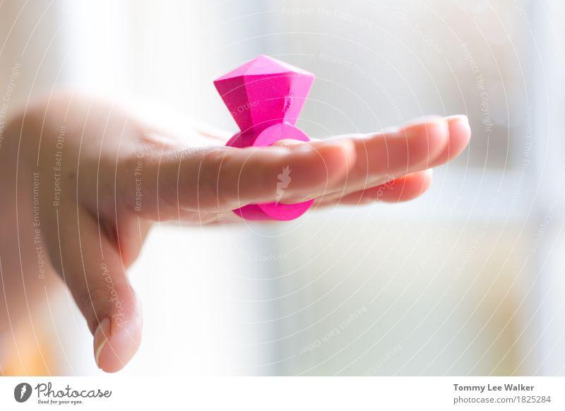 Frau schön weiß Hand Freude Erwachsene Leben Liebe Gefühle Lifestyle Stil klein Mode rosa Freundschaft hell