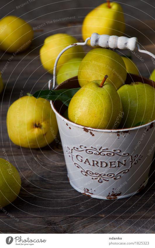 Reife gelbe Birnen in einem Metalleimer auf einem Holztisch Natur alt Farbe Sommer grün Essen Herbst natürlich Lebensmittel Gesundheitswesen Frucht Ernährung