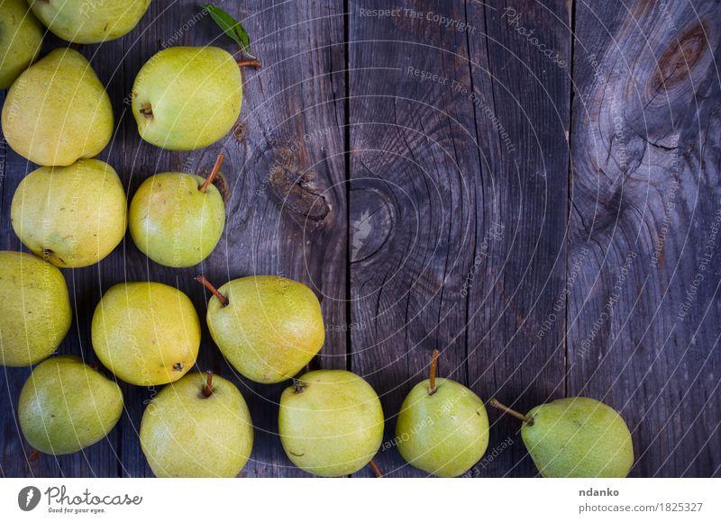 Kleine gelbe reife Birnen auf einer hölzernen grauen Oberfläche alt Sommer grün Baum natürlich Holz Frucht frisch Tisch lecker Jahreszeiten