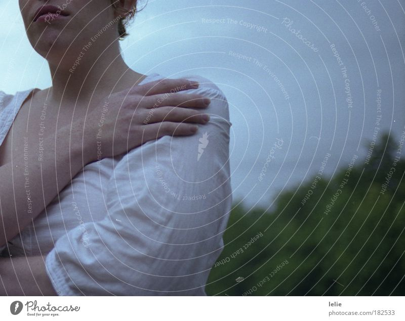 La peau d'une autre Farbfoto Außenaufnahme Dämmerung Oberkörper Mensch feminin 1 Duft authentisch kalt Gefühle Stimmung Traurigkeit Sorge Trauer Müdigkeit