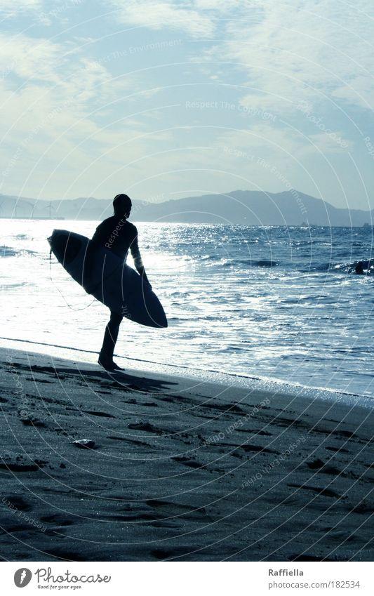 Der Welle entgegen. Farbfoto Außenaufnahme Licht Schatten Silhouette Reflexion & Spiegelung Sonnenlicht Sonnenstrahlen Gegenlicht Ganzkörperaufnahme
