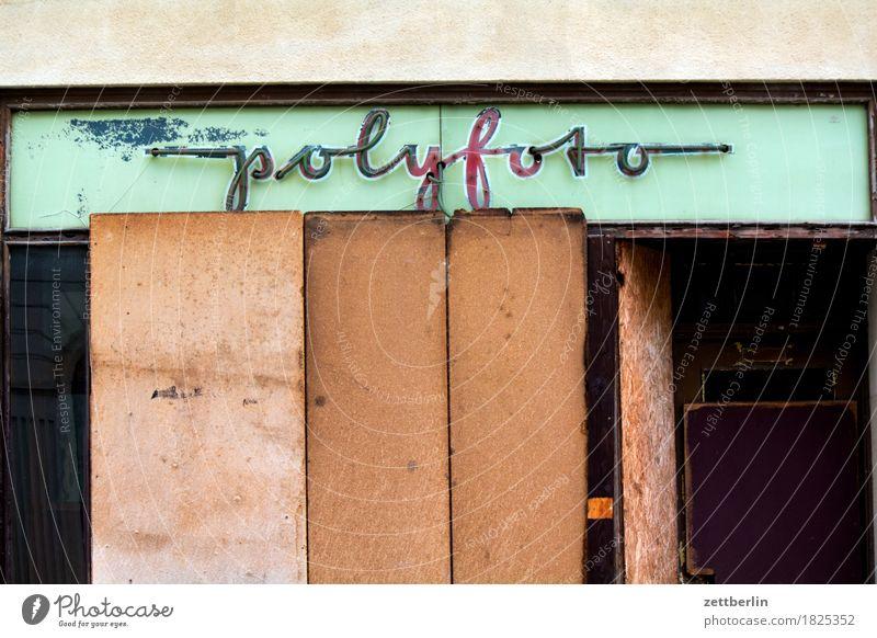 polyfoto Stadt Fenster Architektur Fassade Schriftzeichen Fotografie geschlossen historisch Vergangenheit verfaulen Werbung Werbebranche Museum Ladengeschäft
