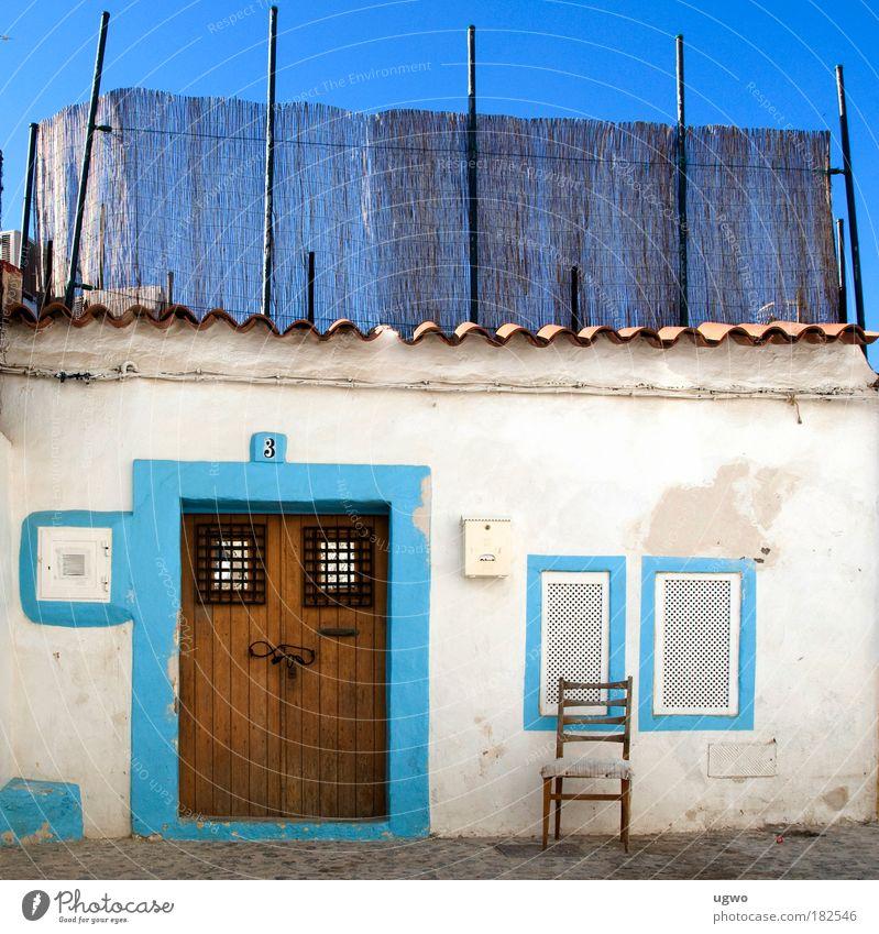 Einsamer Stuhl Farbfoto Außenaufnahme Menschenleer Tag Totale Schönes Wetter Hütte Tür Häusliches Leben hell schön blau weiß Stimmung Sicherheit Romantik Farbe