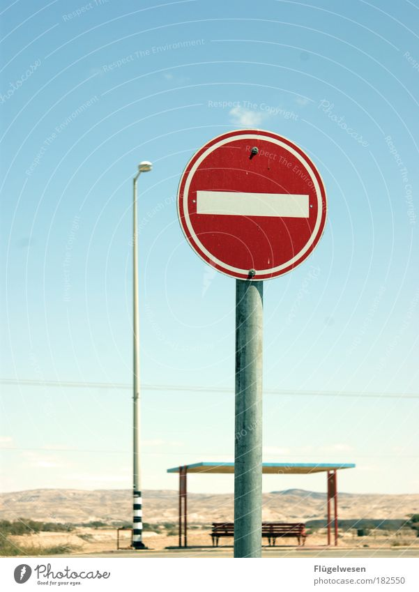 """""""Und nun? Aber, ich muß doch zum Bus!"""" Himmel Natur Landschaft Straße Kunst warten Geschwindigkeit Hinweisschild Pause Bank beobachten Wüste stoppen Laterne"""