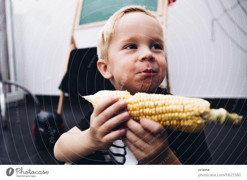 Kaukasisches Kleinkind, das Maiskolben isst Lebensmittel Gemüse Essen Lifestyle Freude Erntedankfest Halloween Kindergarten Mensch Junge Kindheit Mund 1 Herbst