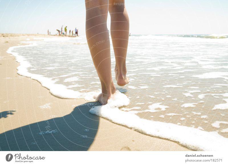 so ? Mensch Jugendliche Wasser Sonne Meer Sommer Freude Strand Ferien & Urlaub & Reisen Erholung feminin Bewegung Glück träumen Fuß Sand