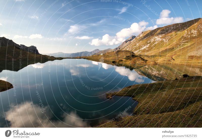 alpiner See mit reflektiertem blauem Himmel, Alpen, Deutschland Berge u. Gebirge Natur Landschaft Wolken Herbst Wiese Felsen Teich Stein Gelassenheit Symmetrie