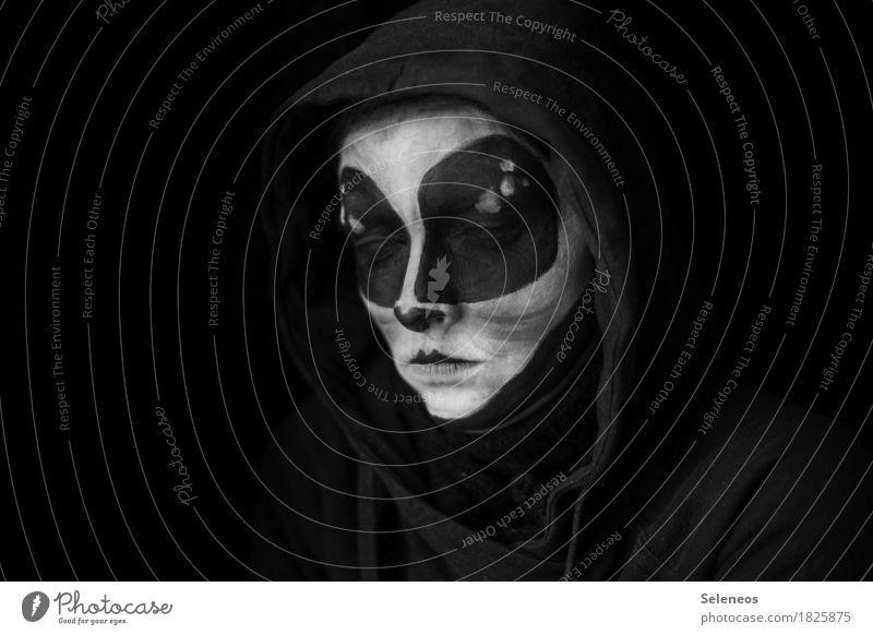 unter uns Karneval Halloween 1 Mensch Kapuzenpullover bedrohlich dunkel Ferne gruselig gefährlich Schüchternheit Identität Kreativität Irritation fremd