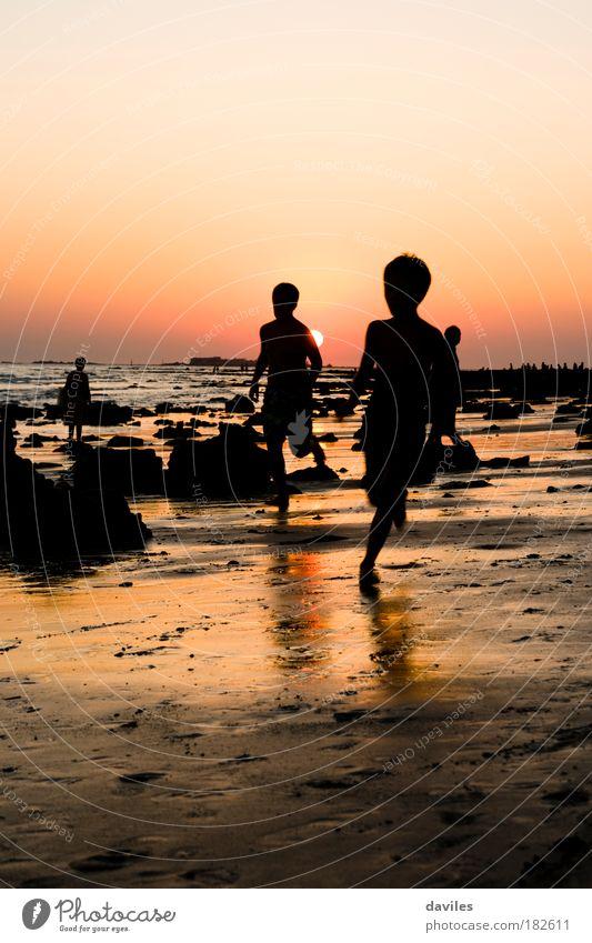 Farbfoto Außenaufnahme Abend Licht Schatten Silhouette Sonnenlicht Vorderansicht Leben Kinderspiel Ferien & Urlaub & Reisen Tourismus Freiheit Sommerurlaub