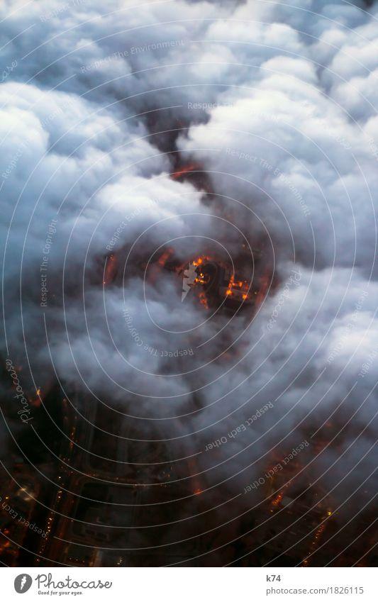 Streaming Stadt weiß Wolken schwarz Straße fliegen orange Verkehr Luftverkehr hoch Elektrizität Straßenbeleuchtung Verkehrswege Autobahn Straßenverkehr