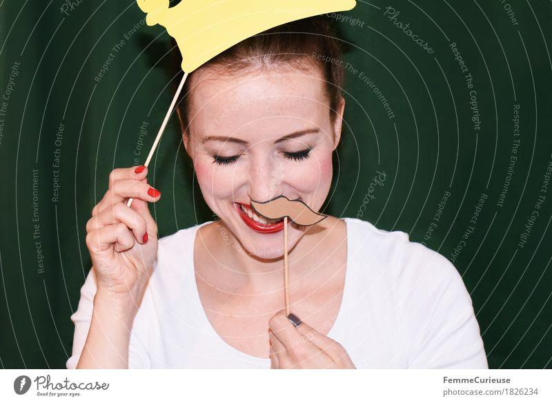 Schnurrbart&Krone_1826234 Mensch Frau Jugendliche Junge Frau weiß Hand Freude 18-30 Jahre Erwachsene feminin lachen Feste & Feiern Party Kreativität