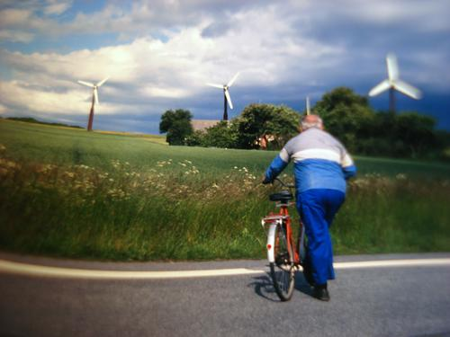 Ballonseide. Get dressed. Senior Energiewirtschaft Mensch Windkraftanlage Erneuerbare Energie Energiekrise