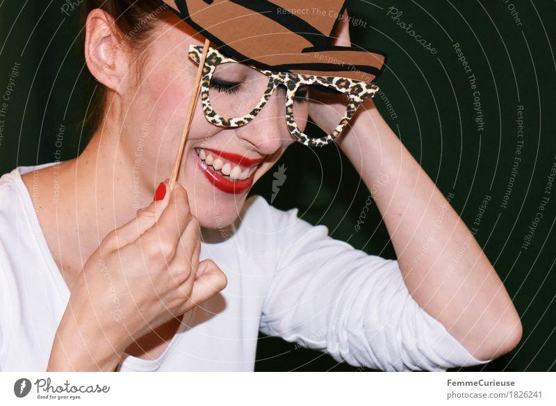 Spaß_ 1826241 Lifestyle feminin Junge Frau Jugendliche Erwachsene Mensch 18-30 Jahre Lebensfreude Freude verkleiden Karneval Accessoire Brille Hut Cowboy