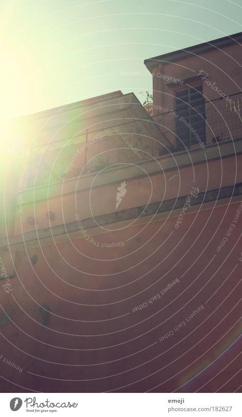 rosabunt. Farbfoto Außenaufnahme Textfreiraum oben Textfreiraum unten Tag Licht Schatten Lichterscheinung Sonnenlicht Sonnenstrahlen Haus Gebäude Mauer Wand