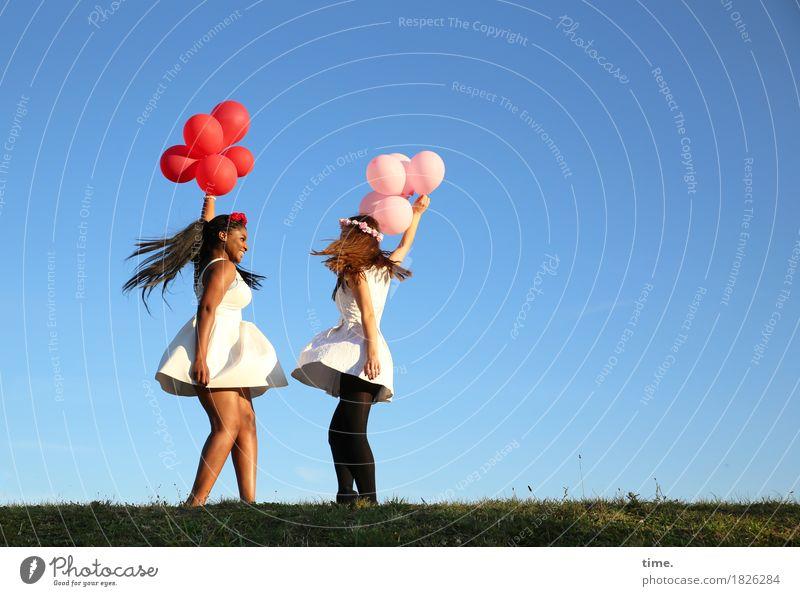 . feminin 2 Mensch Himmel Horizont Wiese Kleid Haarreif schwarzhaarig brünett langhaarig Luftballon Erholung lachen Tanzen Fröhlichkeit lustig schön Freude